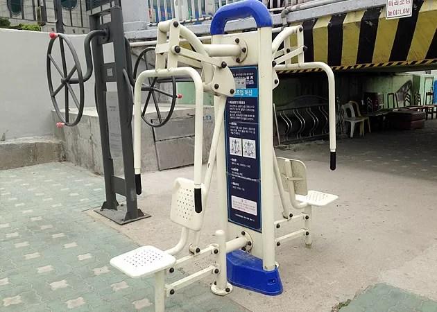 ソウル市内にある公園のトレーニングマシン