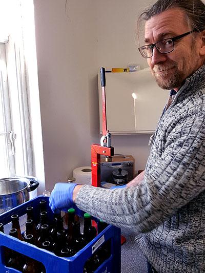 Hans sætter kapsler på øl