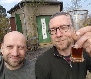 Hans og Gunnar foran bryghuset