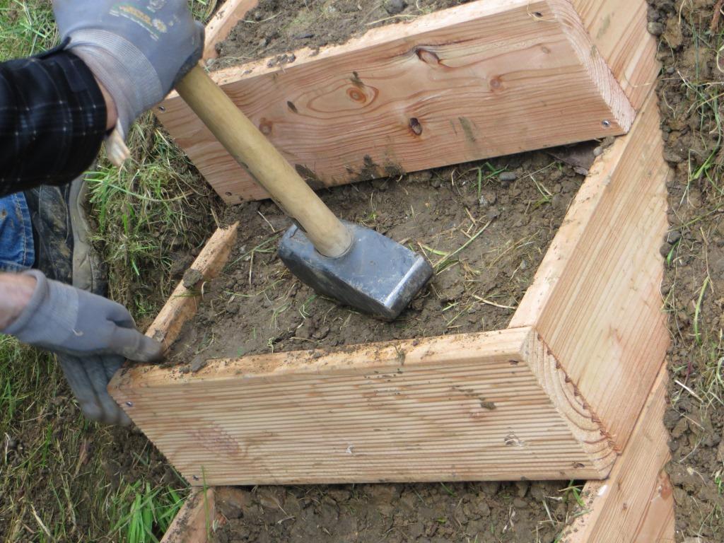 Gartenstufen mit Material befüllen