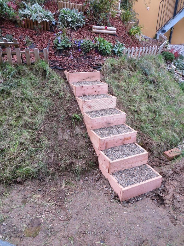 Stufen sind mit Kies befüllt