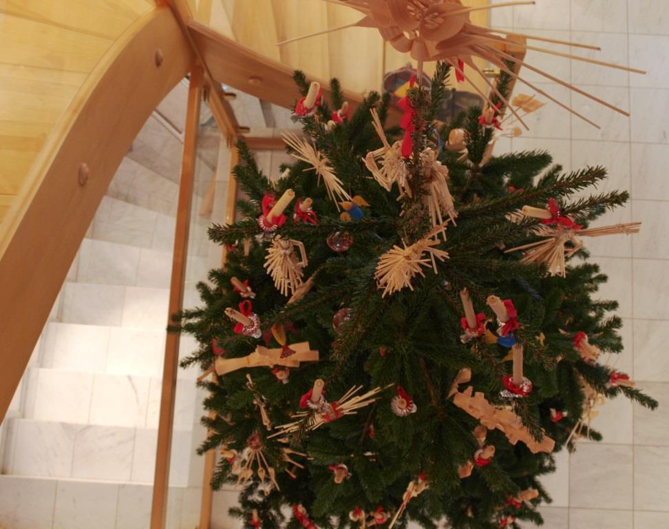 Bauern-Christbaum mit Christbaumschmuck aus Stroh, Holz und Span