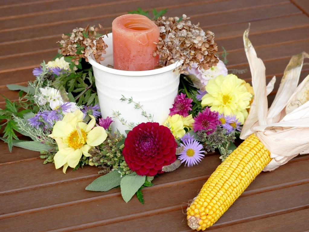 Herbstlicher Blüten-Kräuter-Kranz