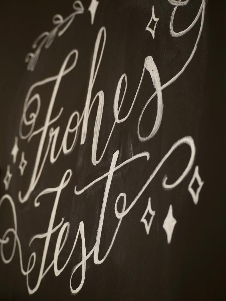 Hand lettering auf Tafelwand: Frohes Fest
