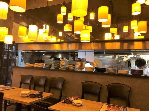 ★オリエンタルバル ランタン 有楽町店。たくさんのランタンが照らす店内