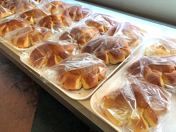 202105神楽坂の「亀井堂」。ずらっと並んだクリームパン