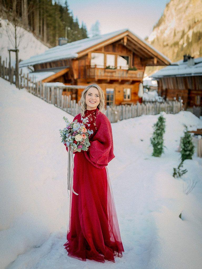 Winterbruiloft, gekleurde trouwjurk, rode trouwjurk, trouwjurk laten maken, wintertrouwjurk, warme trouwjurk, trouwen in de sneeuw, trouwjurk laten maken door Hanneke Peters Couture