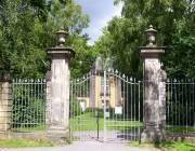 Eingang zum Bergfriedhof im Sommer