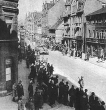 Die Amerikaner ziehen im April 1945 über die Limmerstraße in Hannover ein. (Quelle: Geschichtswerkstatt im Freizeitheim Linden der Otto Brenner Akademie)
