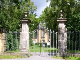 Eingang zum Bergfriedhof