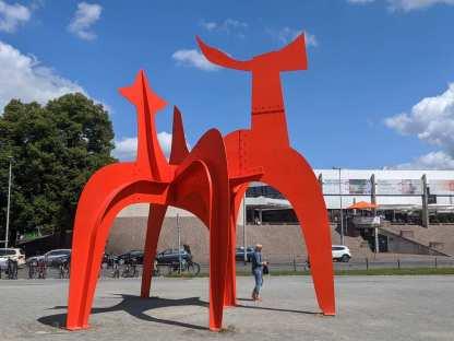 Strahlendes Calder-Rot