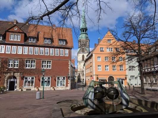 Ballhofplatz mit Brunnen und Blick auf die Kirche