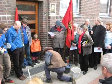Gunter Demnig verlegt Stolpersteine in Hannover