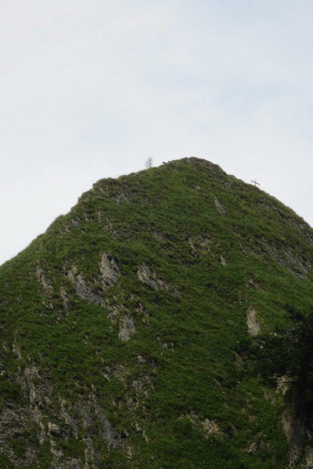 Steilflanke jetzt mit Gipfelkreuz