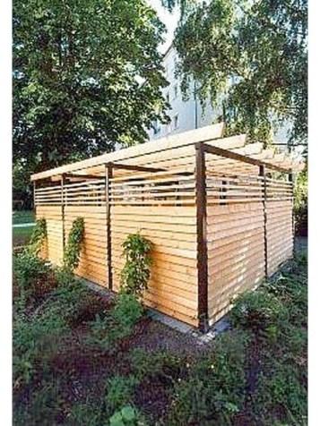 Diese Müllanlage wurde mit Lärchenholz in Stülpschalung verkleidet. Das Holz ist durch seinen hohen Harzanteil sehr widerstandsfähig und kann deshalb natur belassen eingebaut werden.
