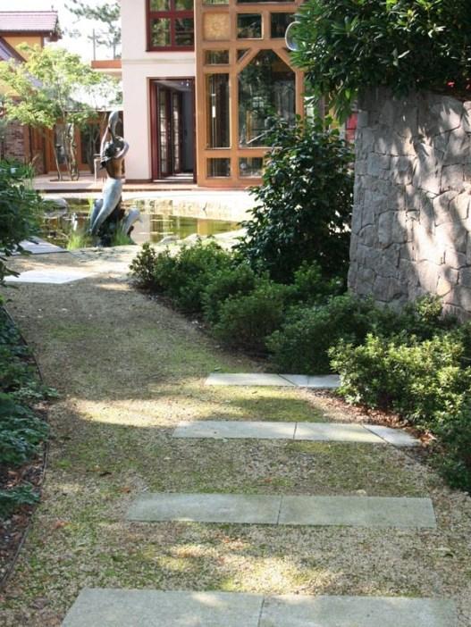 Der Weg im Park wurde mit sandsteinfarbener sächsischen Wegedecke gestaltet.