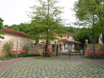 Den Besucher des Grundstücks erwartet im Frühjahr ein herrliches Blütenmeer.
