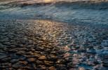 De glimmende dropjes van de dijk bij zonsondergang.