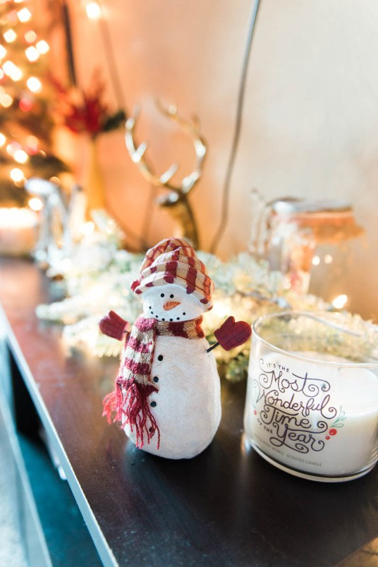 Deck the halls with these easy holiday decor ideas! | read more at happilythehicks.com