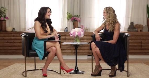 Marie Forleo y Colleen durante la entrevista. Mucho power para esas dos pequeñas sillitas.