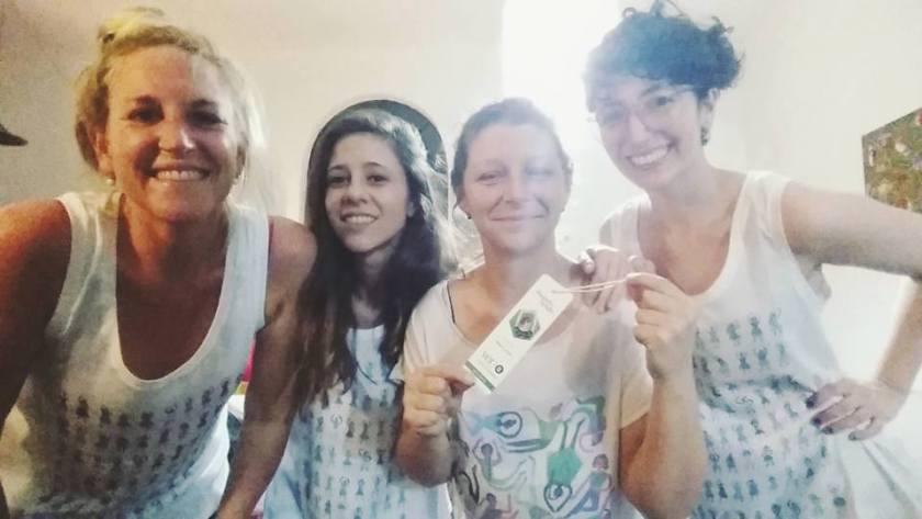 """María Luque (derecha) festejando el lanzamiento con sus amigas en una """"fiesta de remeras""""."""