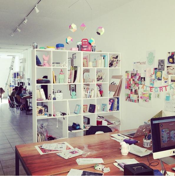 """No es necesario un súper presupuesto para crear un espacio de trabajo confortable e inspirador. Los indispensables: buena iluminación, espacios que permitan que las ideas circulen en forma fluída, mobiliario sencillo y limpieza periódica de elementos que """"ya fueron"""". Es algo que nos está fallando un poquito en la oficina de Monoblock... casi todas las oficinas tienden a acumular más cosas de las que necesitan."""