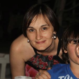 Portrait dunkelhaarige junge Frau mit Sohn Evelina-Gherghelegiu