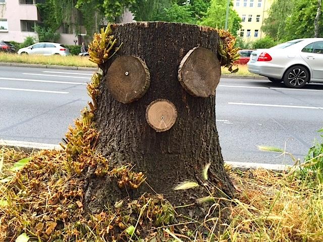 Baumstumpf-Gesicht - Street Art in Berlin Steglitz