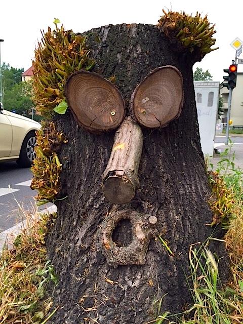 Baumstumpf zum Gesicht umgewandelt, Street Art Berlin Steglitz