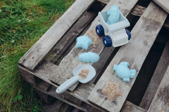 Mit anregendem Spielzeug für Sandkasten, Sport, Wasserspaß und Co. lässt sich die Zeit in der Natur noch aufregender gestalten! / Foto: Kindsgut