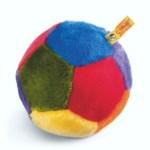 Lust auf Ballspielen aber das Wetter zieht einen Strich durch die Rechnung? Mit dem 15 Zentimeter großen soften Indoor-Spielball lässt sich auch in der Wohnung wunderbar bolzen, ohne dass Möbel und Co. in Mitleidenschaft geraten. UVP: 34,90 Euro