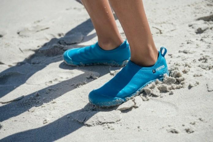 Die Schwimmschuhe von Reima gibt es in den Größen 22 bis 38 und vielen verschiedenen Farben. Sie sind leicht und trocknen besonders schnell, sodass man keine kalten Füße bekommt.