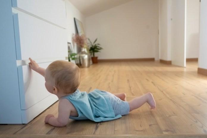 Wichtig im Kinderzimmer: Schubladensicherungen, Klemmschutz und Türsicherungen an Schränken.