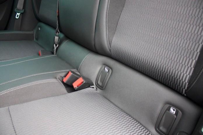 Isofix-Konnektoren auf der Rückbank eines Autos