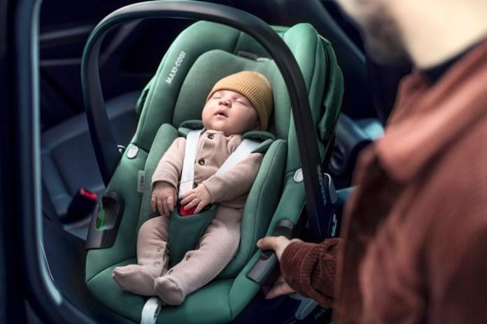 """Immer schön achtsam: Beim Einbau und der Platzierung des Babys werden noch immer Fehler gemacht. Sitzverkleinerer für die erste Zeit, ausreichend eng angelegte Gurte und vor allem die Verwendung eines aktuellen i-Size- Markenprodukts wie """"Pebble Plus"""" von Maxi- Cosi sorgen für eine  sichere Fahrt."""
