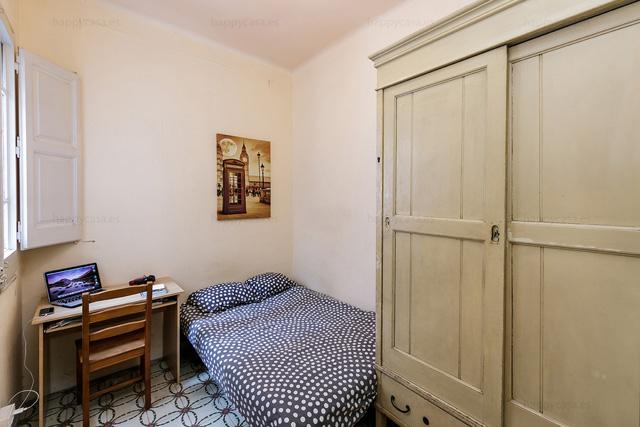 Habitación con cama indivual en zona Eixample Barcelona