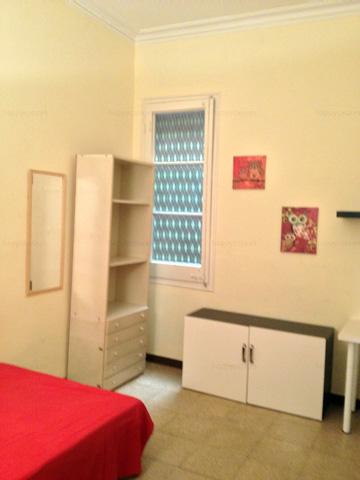 Dormitorio espacioso y luminoso con armario empotrado en Barcelona L1