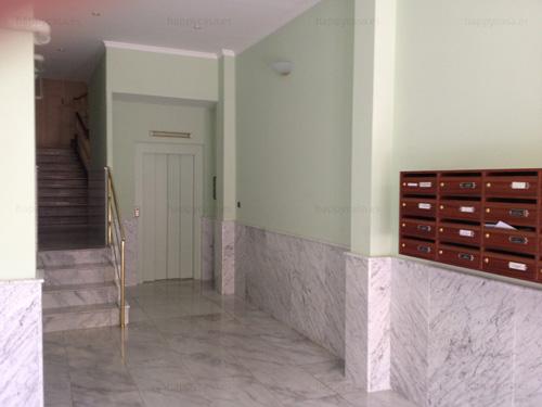 Hermoso vestíbulo con ascensor piso compartido Barcelona