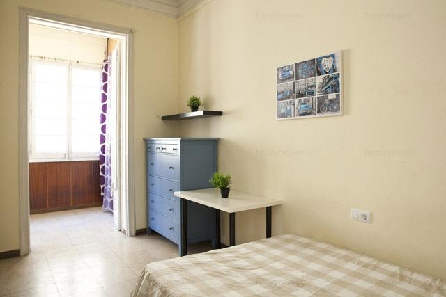 Cuartos baratos con cama doble metro Urgell cerca Plaza Universidad