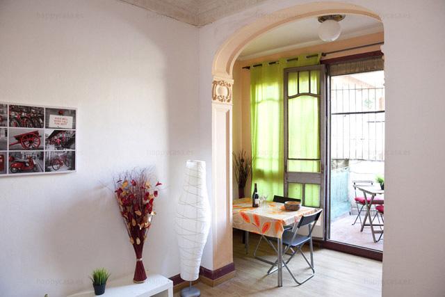 Pieza luminosa con sofas y terraza en piso compartido Barcelona