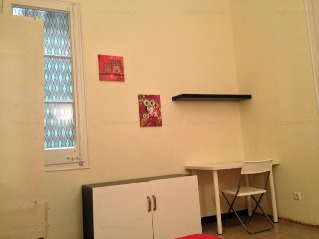 Habitación con escritorio y cama doble en piso compartido Barcelona