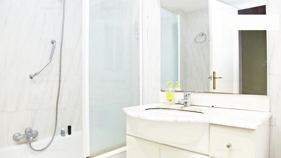 Dormitorio barato en cuarto de baño completo en Barcelona