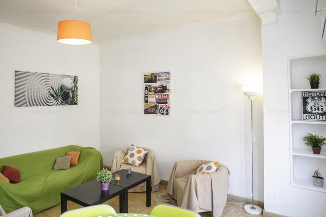Dormitorio barato en apartamento con salón luminoso Barcelona