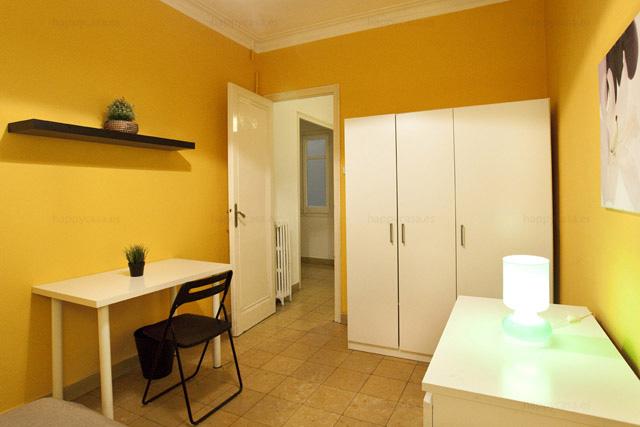 Dormitorio grande en piso central Barcelona WIFI Happycasa ALT