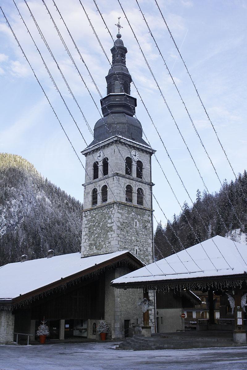 Eglise sur la place du village de la Clusaz