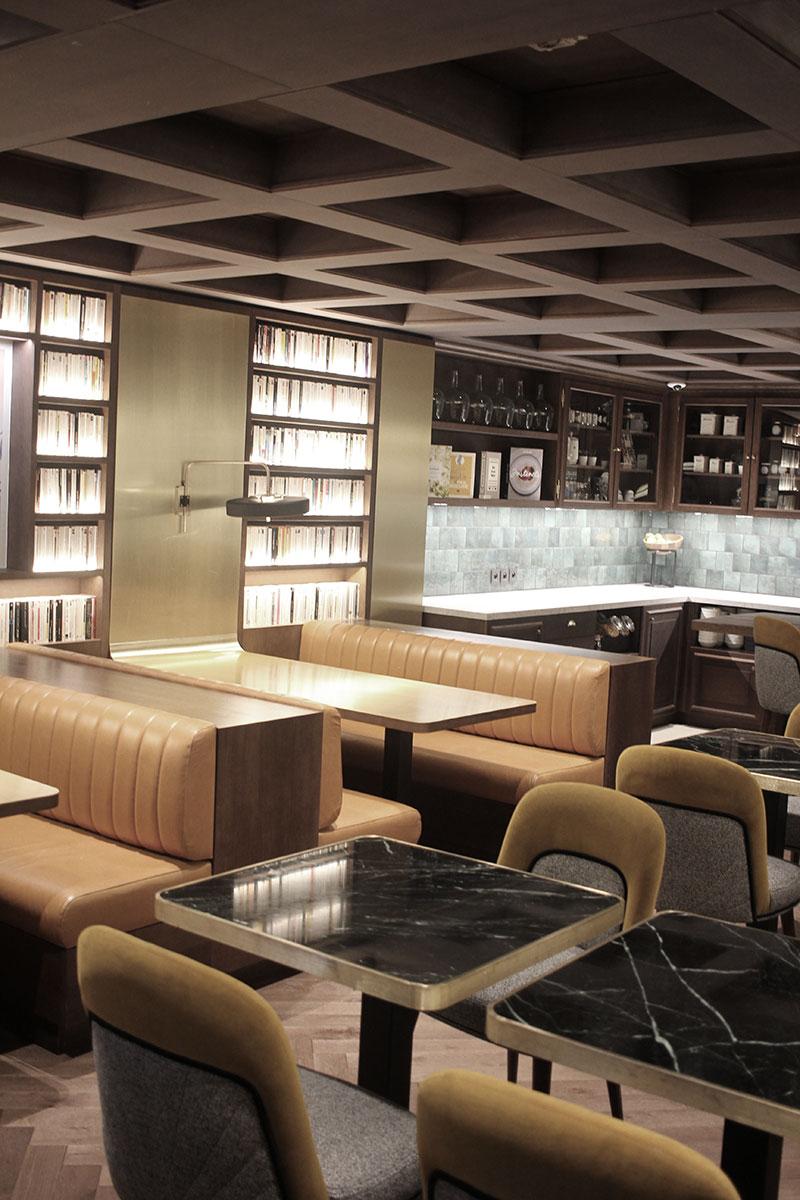 La salle de restauration et ses banquettes en cuir à l'hôtel St-Alban
