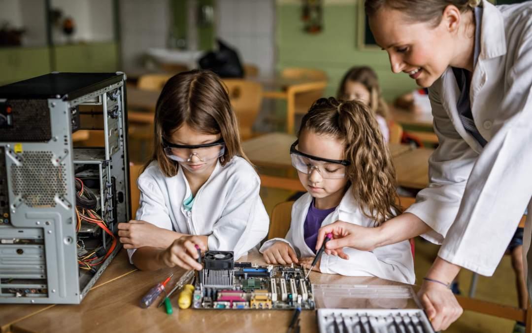 Como as competências STEM ajudam seu filho na escola