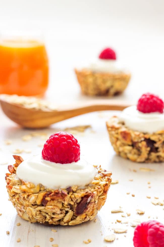 Heavenly Baked Breakfast Oatmeal Cups - Healthy breakfast, easy recipe loaded with delicious ingredients, granola energy bars, healthy breakfast oatmeal, good morning food | happyfoodstube.com