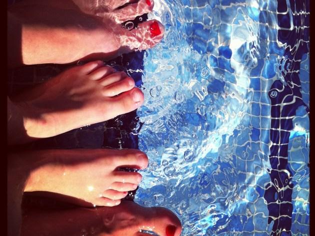 Pool plantschen Mutter und Sohn Füße happyhomeblog