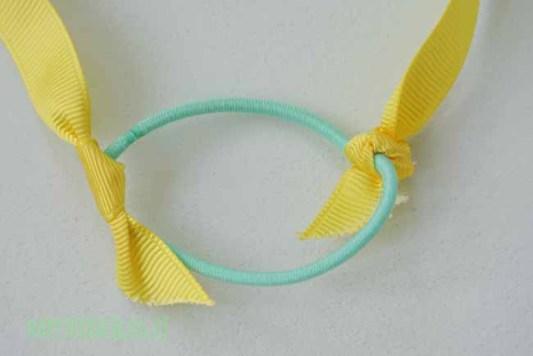 ripsband einfach an das haargummi knoten